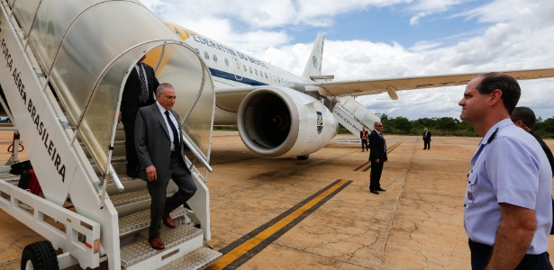 27.nov.2017 - Presidente Michel Temer desembarca em Brasília três dias após passar por um procedimento cirúrgico para desobstruir três artérias