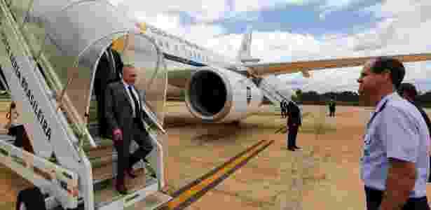 27.nov.2017 - Presidente Michel Temer desembarca em Brasília três dias após passar por um procedimento cirúrgico para desobstruir três artérias - Marcos Corrêa/PR