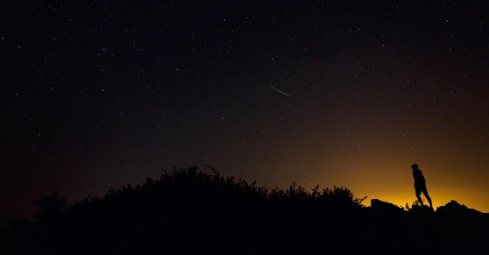 11.agosto.2014 - Um meteoro Perseid ao longo da Via Láctea ilumina o céu noturno da Espanha