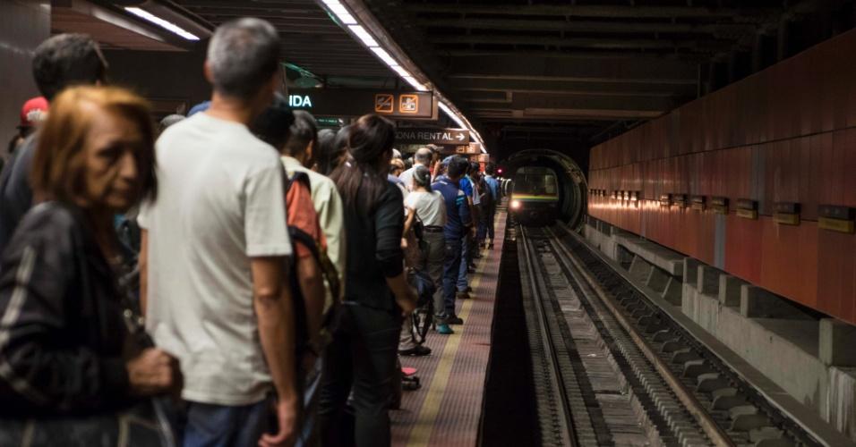 22.mar.2018 - Passageiros esperam trem na estação Bello Monte, da Linha 5 do metro de Caracas