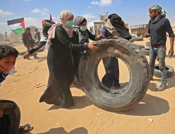 Palestinas levam pneus para barricadas na Faixa de Gaza