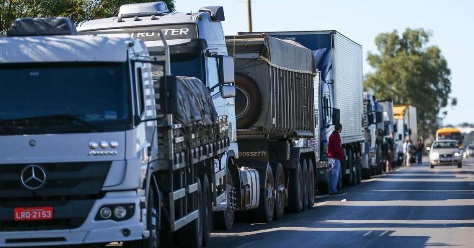 21.mai.2018 - Caminhoneiros fazem protesto contra a alta no preço dos combustíveis na BR-040, próximo a Brasília (DF)