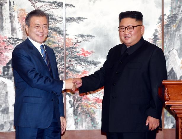 19.set.2018 - Moon Jae-in cumprimenta Kim Jong-un após coletiva de imprensa no encontro em Pyongyang - Handout/Reuters