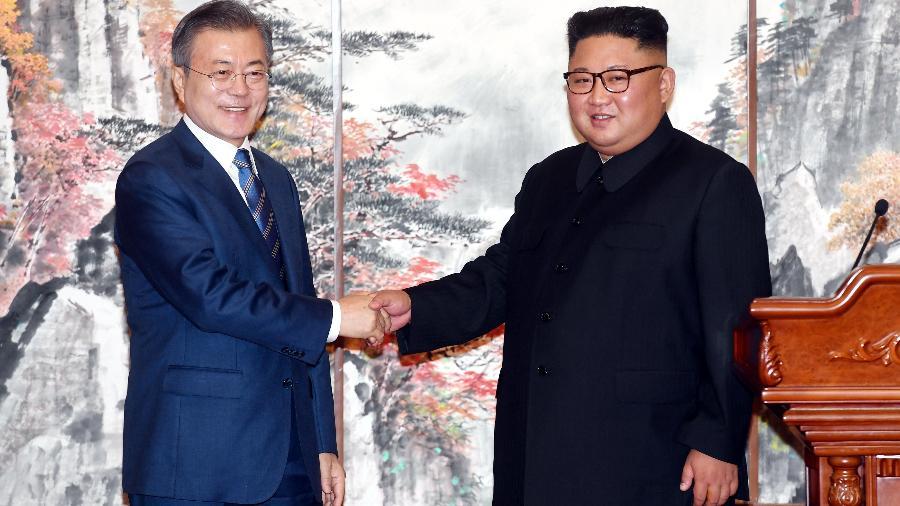 Moon Jae-in cumprimenta Kim Jong-un em 2018; restauração nas linhas de comunicação entre os países - Handout/Reuters