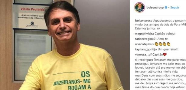 """28.set.2018 - O candidato à Presidência Jair Bolsonaro (PSL-RJ) aparece com camiseta amarela em foto no hospital. A foto foi postada por um de seus filhos, Eduardo, com a mensagem """"agradecemos o presente vindo dos amigos de Juiz de Fora-MG"""""""