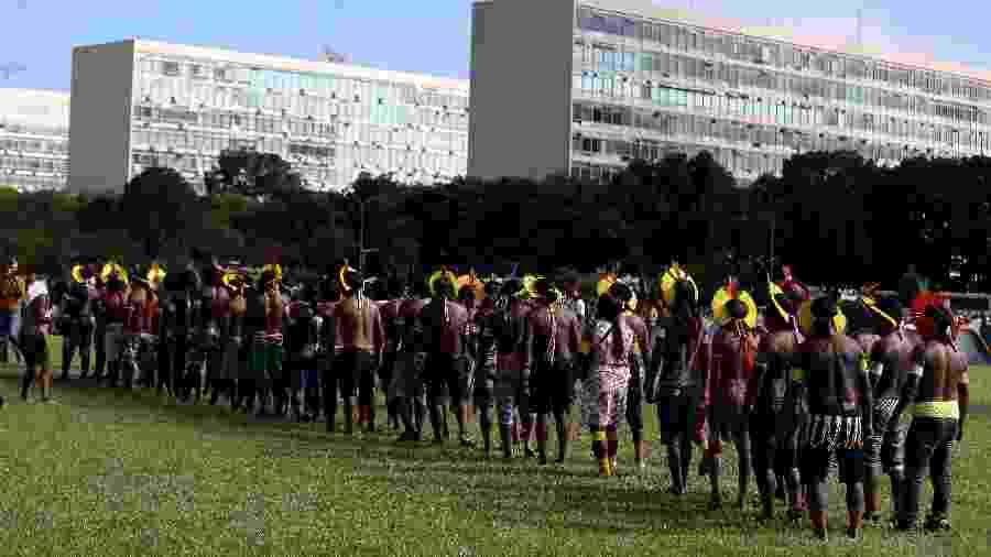Índios montam acampamento na Esplanada dos Ministérios, em frente ao Congresso, em abril - Pedro Ladeira/Folhapress