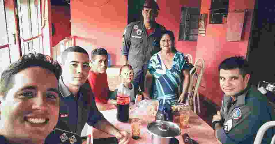 Tenente Rocha (primeiro à esquerda) em visita ao soldador Antônio França Filho e sua família, dias após o resgate. Arquivo Pessoal