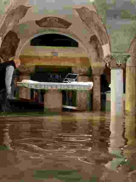 Interior da Basílica de São Marcos aparece inundado, em Veneza - Manuel Silvestri/Reuters