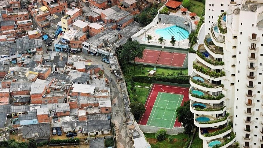 Casas de Paraisópolis e prédio de luxo no Morumbi: separados por um muro, com estatísticas bem diferentes - Tuca Vieira