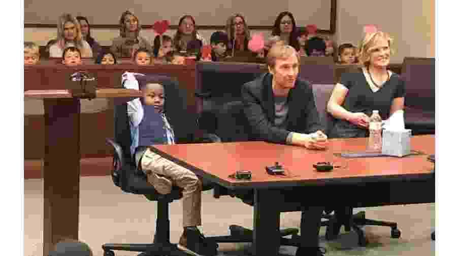 Todos os amigos de escola de Michael apareceram na audiência de adoção para dar apoio ao amigo - Reprodução/@KentCountyMI