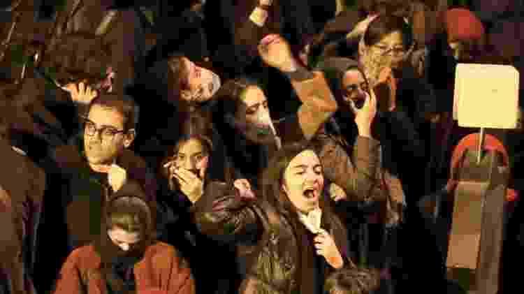 Estudantes protestam do lado de fora da Universidade Amir Kabir - AFP