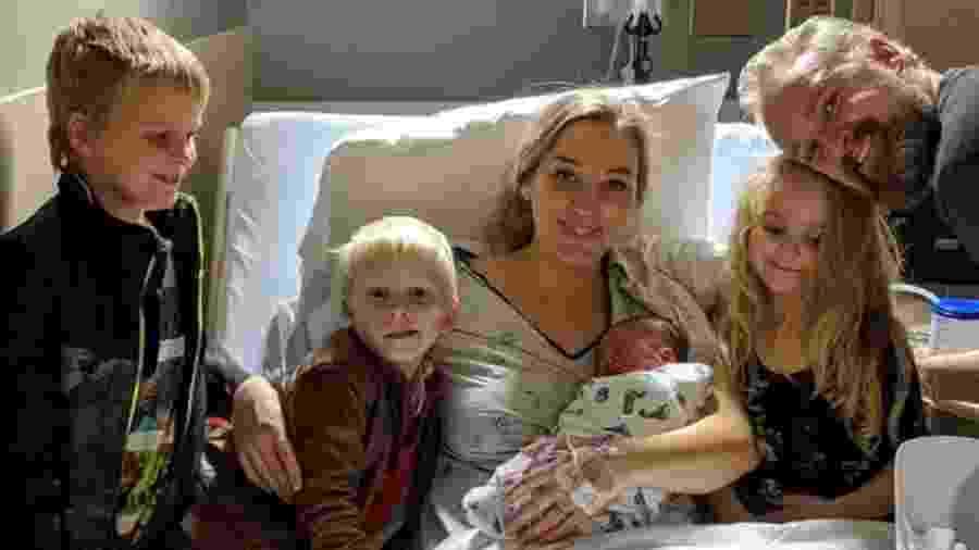 Kathleen Thorson com a sua família após parto - Reprodução/Go Fund Me