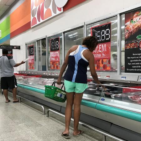 Clientes fazem compras em supermercado do Rio de Janeiro - Sergio Moraes/Reuters