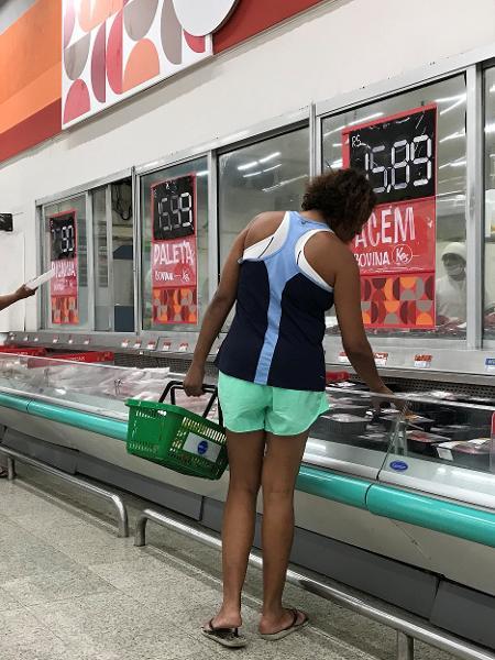 Clientes fazem compras em supermercado do Rio de Janeiro - SERGIO MORAES