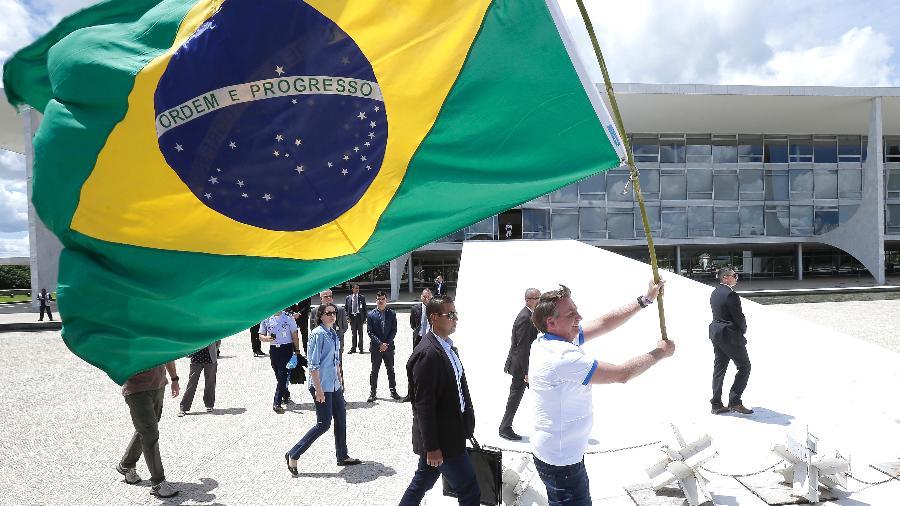 15.mar.2020 - O presidente da República, Jair Bolsonaro, desce a rampa do Palácio do Planalto, em Brasília, para cumprimentar manifestantes que participavam de ato pró-governo - Dida Sampaio/Estadão Conteúdo