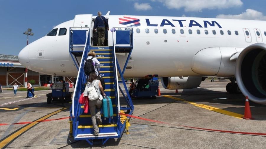 11.set.2019 - Passageiros embarcam em avião da Latam no Aeroporto Internacional de Padre Aldamiz, em Puerto Maldonado, no Peru - John Milner/SOPA Images/LightRocket via Getty Images