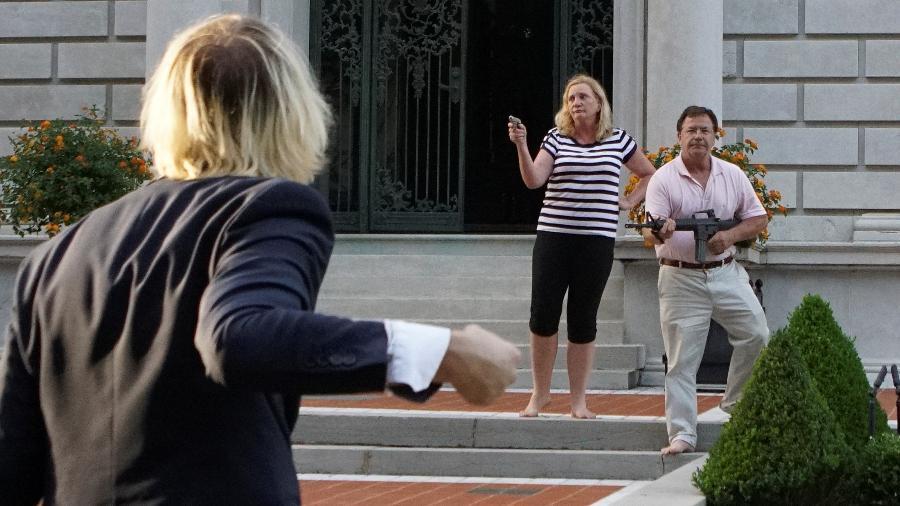 28.jun.2020 - Casal Mark e Patricia McCloskey aponta armas para manifestantes do grupo Black Lives Metter em St. Louis (EUA) - LAWRENCE BRYANT