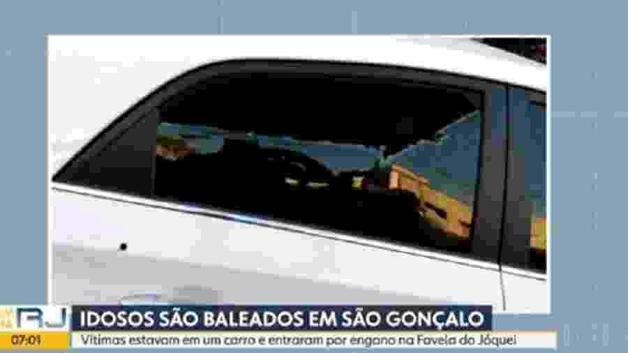 Vidro quebrado de carro onde estavam idosos que foram baleados em São Gonçalo - Reprodução/TV Globo
