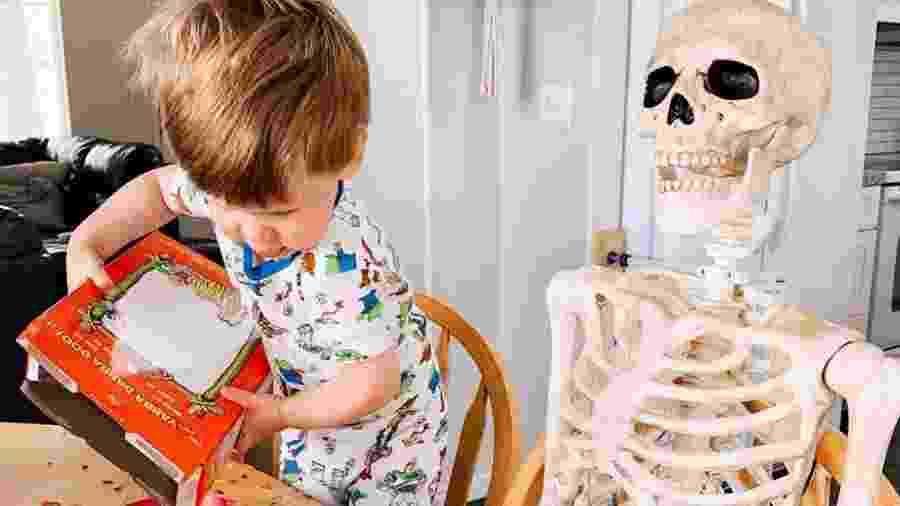 """Theo, de 2 anos, ao lado de seu """"amigo"""" esqueleto - Reprodução/@abigailkbrady/Instagram"""