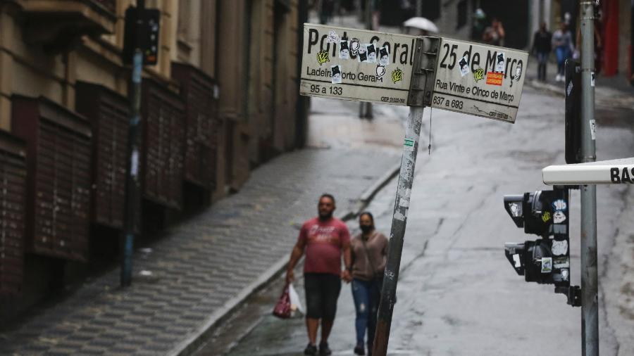 Movimentação na região da rua 25 de Março, no centro de São Paulo, no fim de semana de fase vermelha - Ricardo Matsukawa / UOL