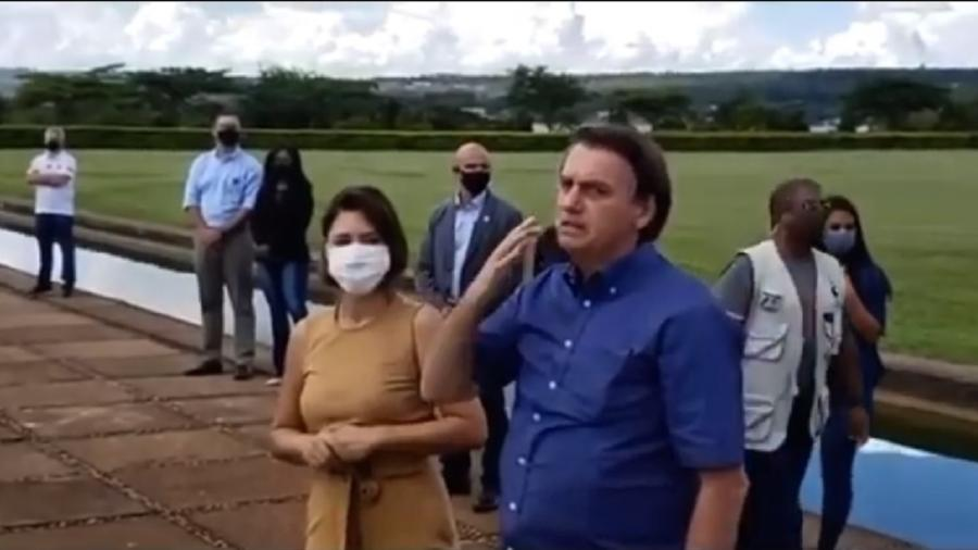 Ao lado da mulher, Michelle, Bolsonaro discursa para apoiadores e volta a ameaçar com golpe de Estado - Reprodução/Yiutube
