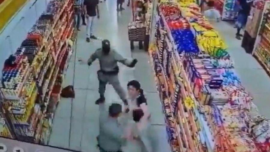 Mulher se recusou a usar o equipamento de proteção dentro de supermercado antes de morder policial em Cidade Ocidental (GO) - Reprodução/TV Anhanguera