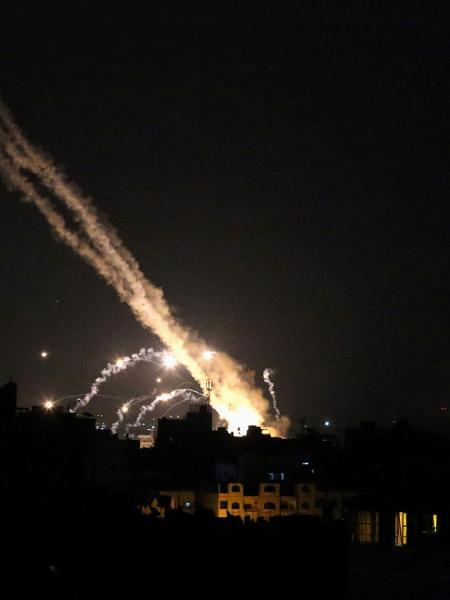 Foguetes disparados da Faixa de Gaza pelo Hamas em direção a Israel - Ibraheem Abu Mustafa/Reuters
