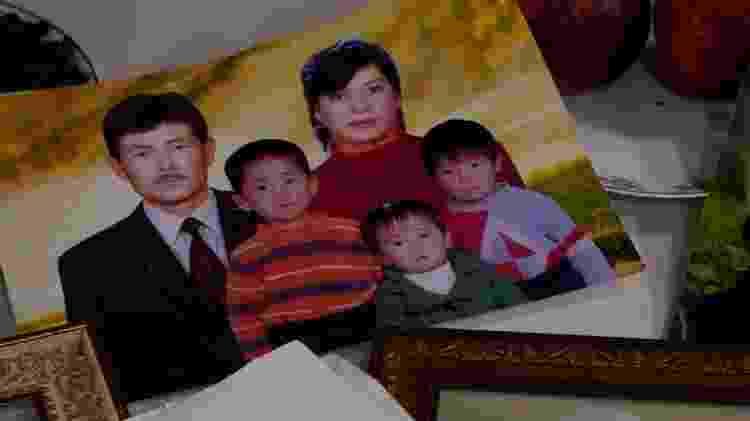 Khalida Akytkankyzy não só perdeu contato com seus filhos, mas também com 14 netos - BBC - BBC