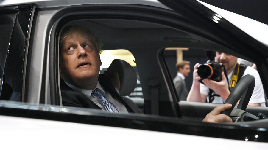 5.out.2021 - O primeiro-ministro Boris Johnson sentado dentro de um carro movido a hidrogênio em uma feira em Manchester, na Inglaterra - Paul Ellis/AFP