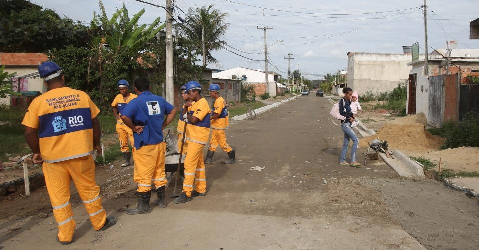 6.jul.2015 - Equipe da Prefeitura do Rio de Janeiro realiza obras de pavimentação da rua 34, na localidade Vila Mar, em Guaratiba, na zona oeste da cidade, nas proximidades do terreno onde foi construído o Campus Fidei (Campo da Fé) da JMJ (Jornada Mundial da Juventude) de 2013