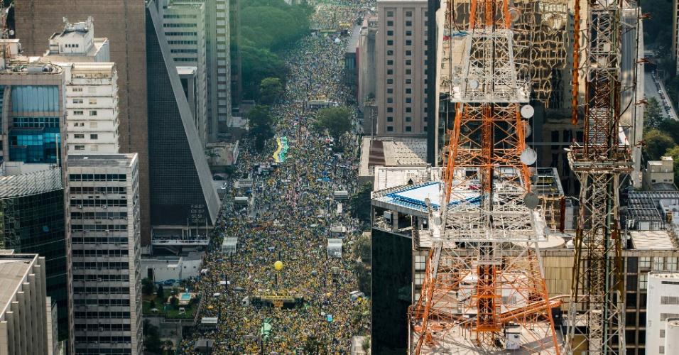 16.ago.2015 - Manifestantes lotam a avenida Paulista, em São Paulo, durante protesto contra o governo federal