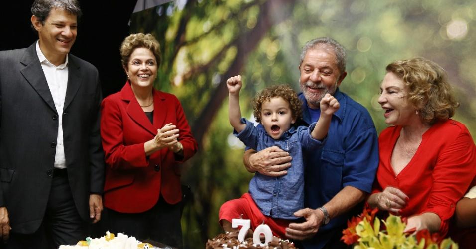 28.out.2015 - O ex-presidente Luiz Inácio Lula da Silva (PT-SP) comemorou seu aniversário de 70 anos ao lado da presidente Dilma Rousseff (PT-RS), do prefeito de São Paulo, Fernando Haddad (PT-SP), da mulher Marisa Letícia e do neto nesta terça-feira (27), em São Paulo