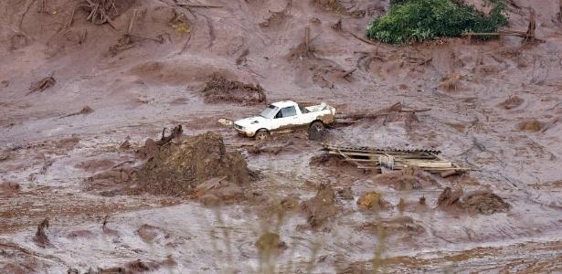 Carro é levado por enxurrada causada pelo rompimento da barragem da mineradora Samarco Fundão, em Mariana (MG), em novembro de 2015
