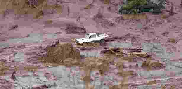 Carro é levado por enxurrada causada pelo rompimento da barragem da mineradora Samarco Fundão, em Bento Rodrigues, distrito de Mariana (MG). De acordo com o Corpo de Bombeiros, há mortos e desaparecidos - Douglas Magno/AFP