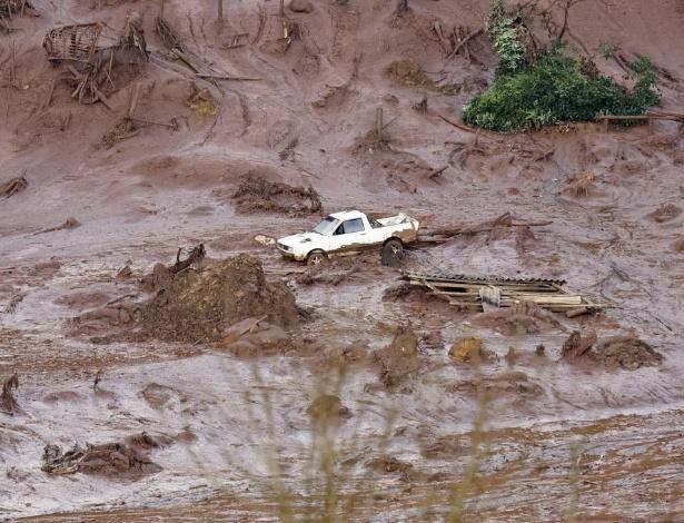 Carro carregado pela lama da barragem de Fundão; rompimento destruiu o subdistrito de Bento Rodrigues, em Mariana