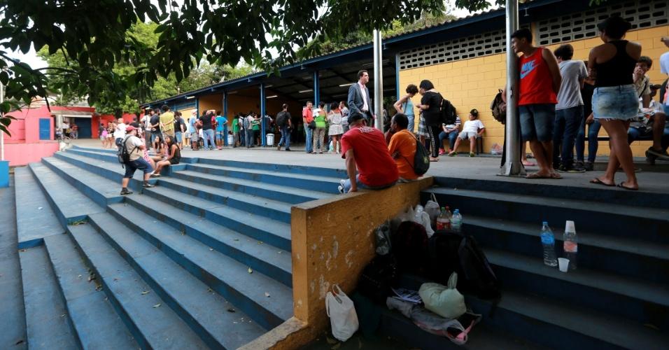 14.nov.2015 - Alunos e integrantes do MTST (Movimento dos Trabalhadores Sem-Teto) ocupam a Escola Estadual José Lins do Rego, no Jardim Ângela, zona sul de São Paulo, neste sábado
