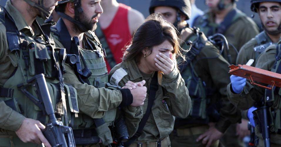 26.nov.2015 - Soldado israelense chora ao presenciar a morte de um colega por um palestino que depois foi morto a tiros. O palestino teria tentado esfaquear dois guardas, matando um deles, e depois sendo morto em um posto de gasolina perto da aldeia de Khirbet al-Misbah, Cisjordânia