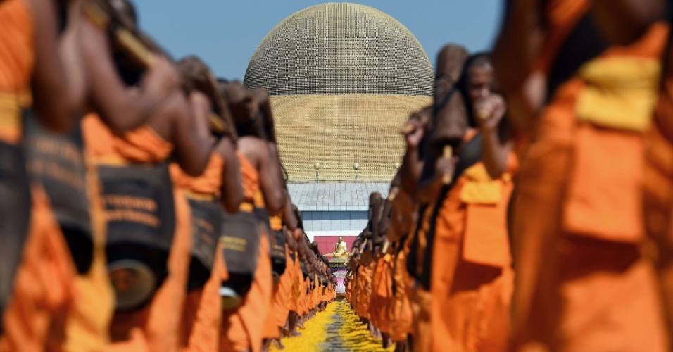 2.jan.2016 - Monges budistas do movimento Dhammakaya marcham em cima de pétalas de flores em um templo em Bancoc, na Tailândia