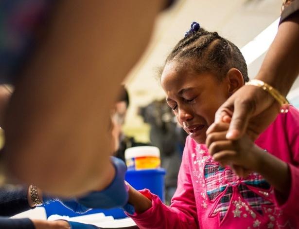 Morgan Walker, 5, moradora de Flint, (Michigan, EUA), faz exames para checar a quantidade de chumbo em seu sangue. A cidade norte-americana é o centro de um escândalo de contaminação de água por chumbo