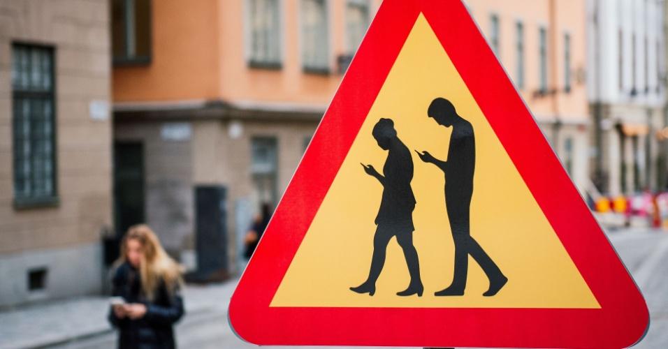 2.fev.2016 - Vilarejo de Estocolmo, na Suécia, ganha uma placa de trânsito inusitada, que alerta os motorista para a existência de pedestres distraídos pelo uso de smartphones