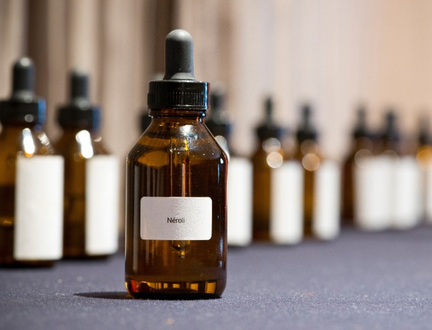Óleo de Néroli, usado na composição de fragrâncias produzidas pela empresa Mon Absolu, especialista em marketing olfativo. A companhia desenvolve fragrâncias para ambientes e produtos