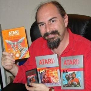 Aos 24 anos, Howard Scott Warshaw recebeu uma missão desafiadora: desenvolver um sucesso de vendas na indústria dos games em cinco semanas