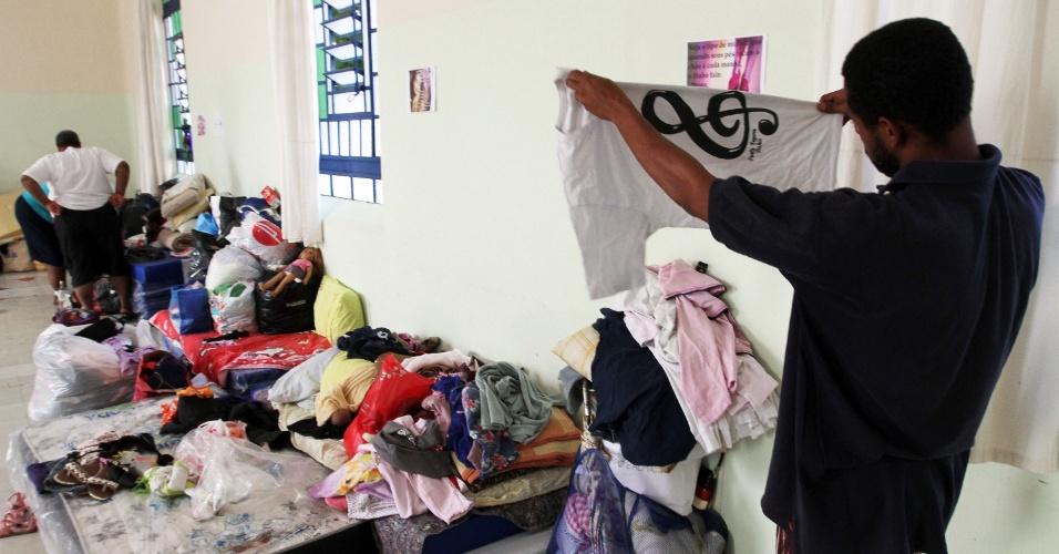 13.mar.2016 - Famílias desabrigadas por causa das chuvas dos últimos dias são alojadas temporariamente em um hospital, em Campinas, neste domingo (13)