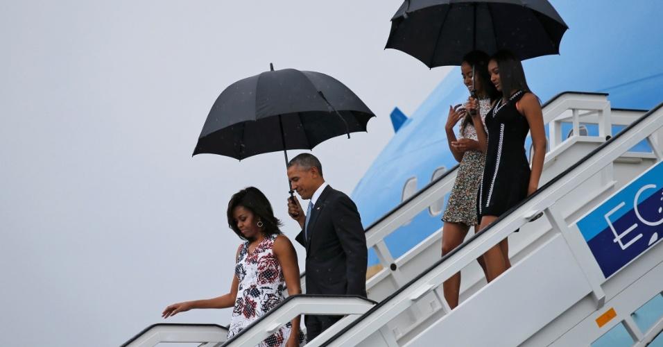 20.mar.2016 - Presidente dos EUA, Barack Obama, desembarca no aeroporto internacional de Havana com a primeira-dama Michelle Obama e as filhas Sasha e Malia sob chuva. Esta é na primeira viagem de um presidente americano a Cuba em 88 anos