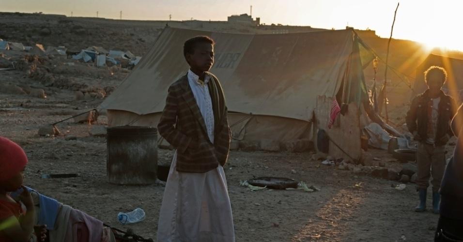 26.mar.2016 - Menino caminha por campo de deslocados em Amran, no Iêmen. A imagem foi feita pela fotógrafa Rawan Shaif durante viagem por cidades das áreas controladas pelos houthis no norte do Iêmen, entre outubro de 2015 e fevereiro deste ano, para documentar os efeitos da guerra na população. Há exatamente um ano, tiveram início os bombardeios da coalizão árabe contra os houthis, que, segundo a ONU (Organização das Nações Unidas), mataram 3.218 civis e deixaram 5.778 pessoas feridas