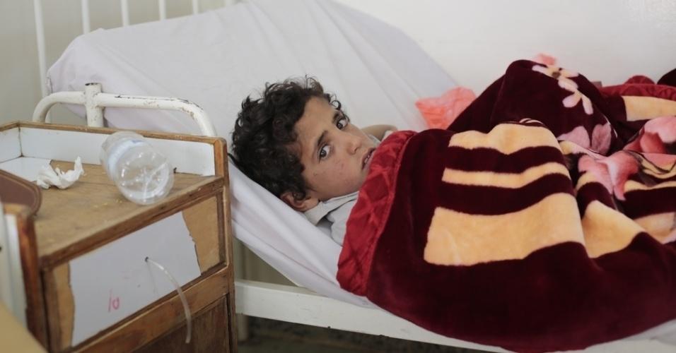 26.mar.2016 - Um garoto se recupera de um ferimento na perna na ala para adultos de um hospital dirigido pelo MSF (Médicos Sem Fronteiras), em Amran, no Iêmen. A ala infantil estava lotada. A foto foi feita em 20 de fevereiro pela fotógrafa Rawan Shaif durante viagem por cidades das áreas controladas pelos houthis no norte do Iêmen, entre outubro de 2015 e fevereiro deste ano, para documentar os efeitos da guerra na população. Há exatamente um ano, tiveram início os bombardeios da coalizão árabe contra os houthis. Segundo os rebeldes, os ataques já mataram quase 9.000 pessoas no país
