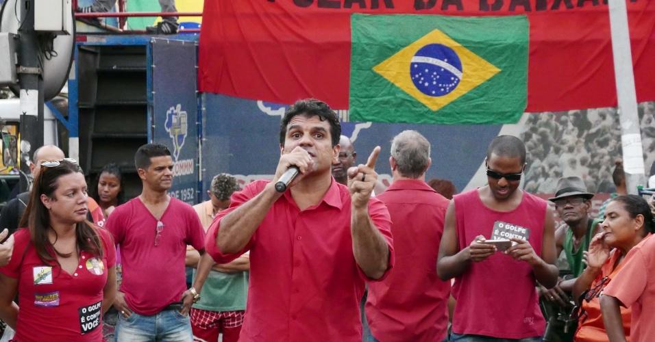 7.abr.2016 - Manifestante protesta contra o impeachment da presidente Dilma Rousseff durante o ato