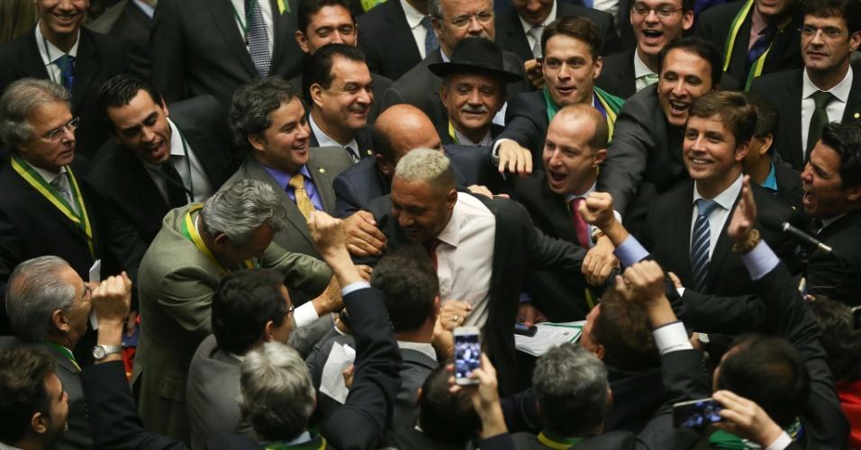 17.abr.2016 - Deputado Tiririca (PR-SP) é afagado por seus colegas logo após votar pela continuidade do processo de impeachment da presidente Dilma Rousseff (PT) na Câmara dos Deputados