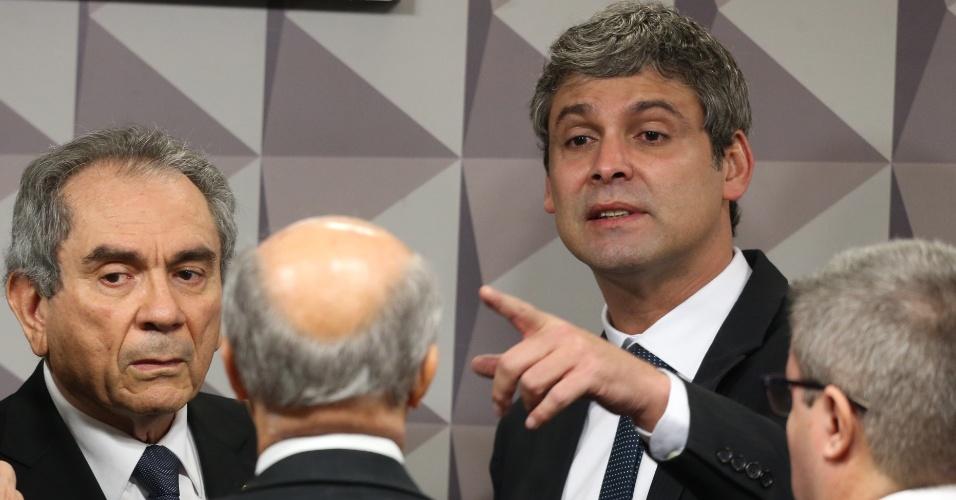27.abr.2016 - Senadores discutem durante reunião da comissão especial de Impeachment do Senado, que avalia o processo de afastamento da presidente Dilma Rousseff