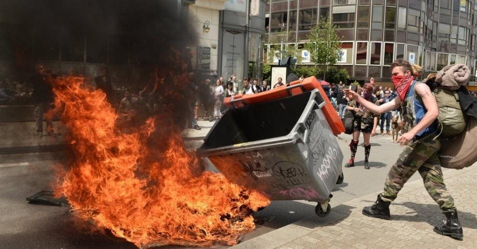 26.mai.2016 - Homens queimam lixeiras durante protesto contra as reformas trabalhistas em Rennes, noroeste da França. As propostas do governo francês que prometem tornar mais fácil para as empresas contratar e demitir provocaram uma série de protestos e greves em todo o país